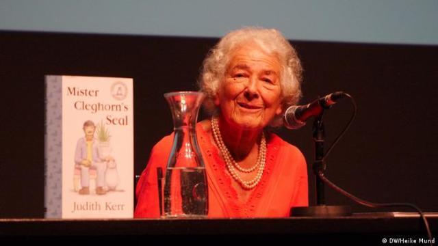Judith Kerr presents her book Mister Cleghorn's Seal at a Berlin reading (DW/Heike Mund)