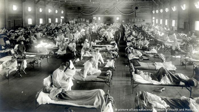 Хворі на іспанський грип лежать у військовому шпиталі в Канзасі (США), 1918