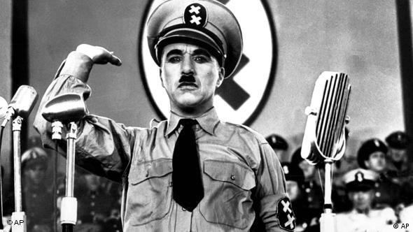 Charlie Chaplin als Adolf Hitler in dem Film Der große Diktator