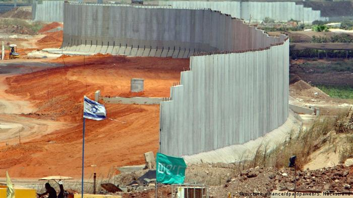 Israel construction of the wall in 2002 (picture-alliance / dpa / dpaweb / S. Nackstrand)