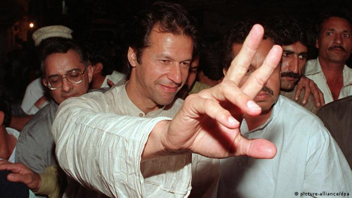 Ex-Cricket-Star Imran Khan campaigns ahead of the 1997 election (picture-alliance/dpa)
