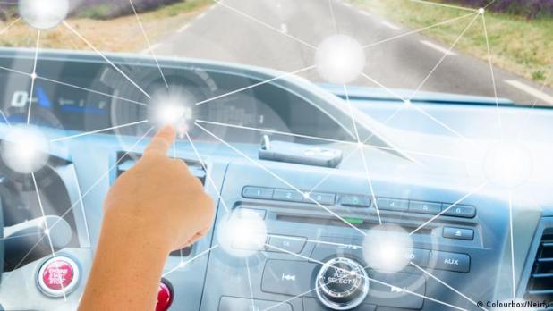 Una imagen genérica que muestra a un conductor que programa las características de un futuro automóvil a través de una pantalla táctil.