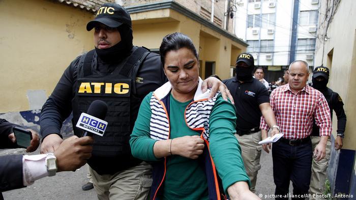 La ex primera dama de Honduras, Rosa Elena Bonilla, es escoltada por la policía a una estación de policía en Tegucigalpa, Honduras (28.02.2018)