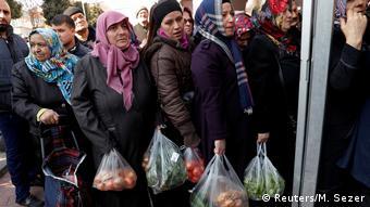 Συνωστισμός σε λαϊκή αγορά στην Κωνσταντινούπολη