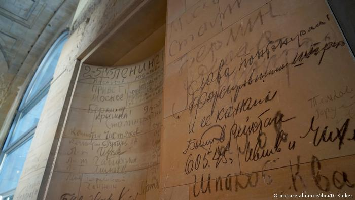 Reichstag, graffiti by Russians (picture-alliance/dpa/D. Kalker)