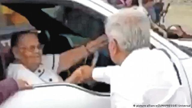 El presidente mexicano saluda de mano a la madre de El Chapo Guzmán en 2020, durante una gira por Sinaloa