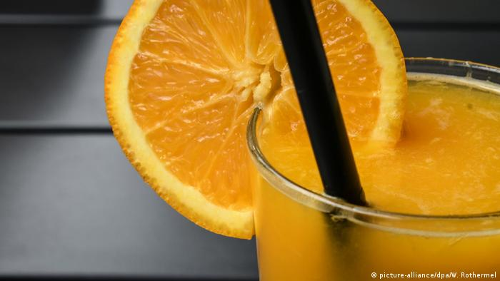 Freshly squeezed orange juice in a glass (picture-alliance / dpa / W. Rothermel)