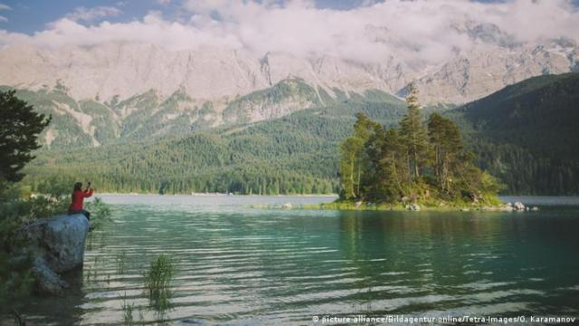 Eibsee lake with alpine panorama, Germany (picture-alliance/Bildagentur-online/Tetra-Images/O. Karamanov)