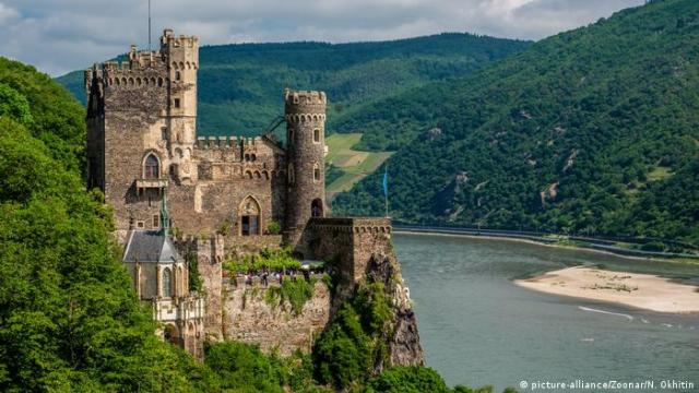 Rheinstein Castle high above the Rhine, Germany (picture-alliance/Zoonar/N. Okhitin)