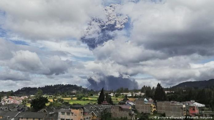 Indonesia Volcano Eruption Mount Sinabung Spews Huge Ash Cloud News Dw 10 08 2020