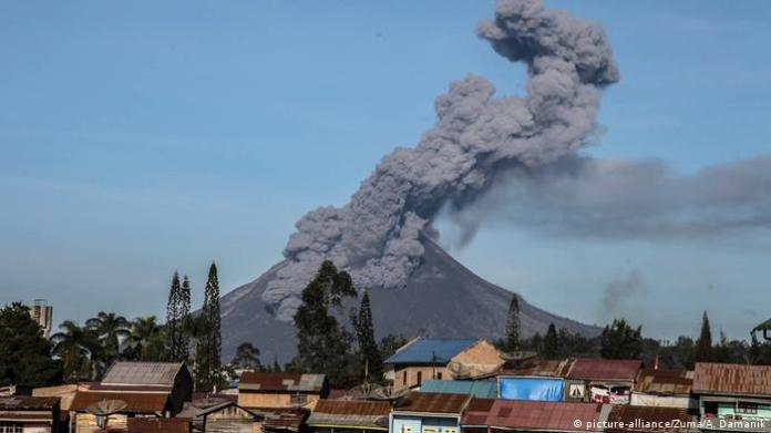 Indonesia S Mount Sinabung Spews Huge Ash Column News Dw 02 03 2021