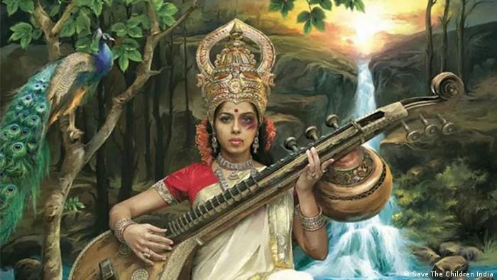 Una diosa con un ojo morado toca un instrumento: La imagen quiere llamar la atención sobre la brutalidad contra las mujeres en la India. (Save The Children India)