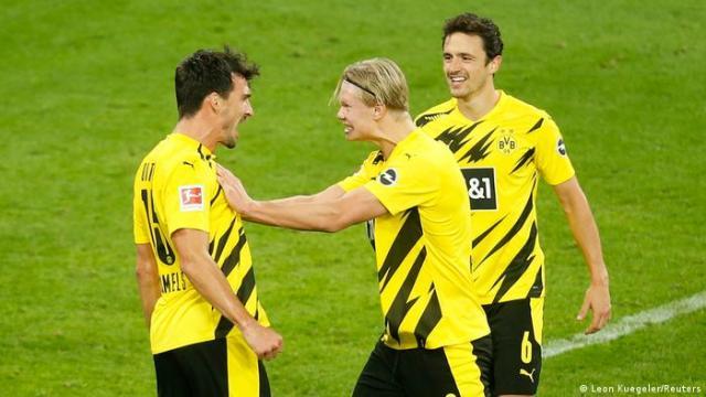 Dortmund's Mat Hummels, Erling Haarland and Thomas Delaney celebrate a goal