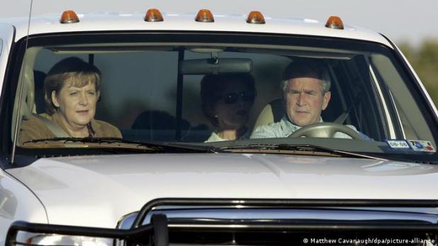 USA | Treffen Angela Merkel und George W. Bush | Ranch in Crawford (Matthew Cavanaugh/dpa/picture-alliance)
