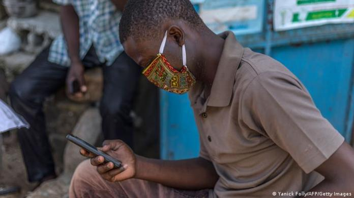 Benin Smartphone-User (Yanick Folly/AFP/Getty Images)
