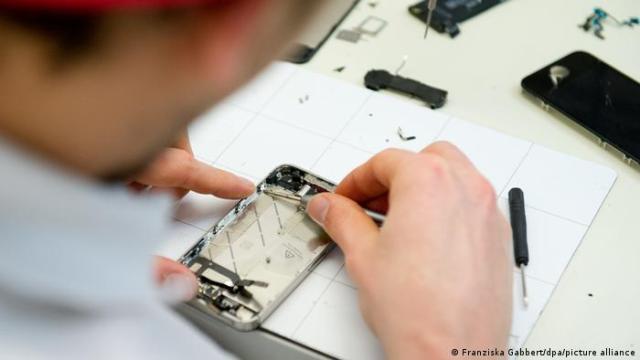 Funcionário consertando um smartphone.