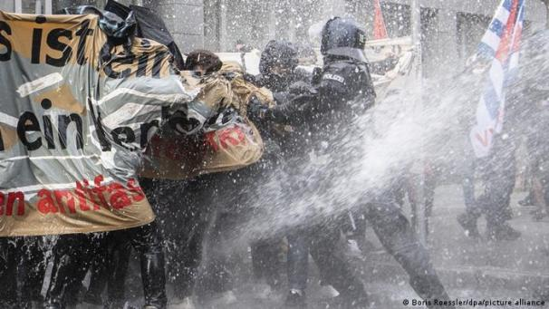 Anti-lockdown march in Frankfurt: Police use water cannon on counterprotesters | Germany| News and in-depth reporting from Berlin and beyond | DW | 14.11.2020