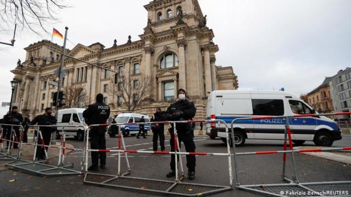 Policemen around the Bundestag.