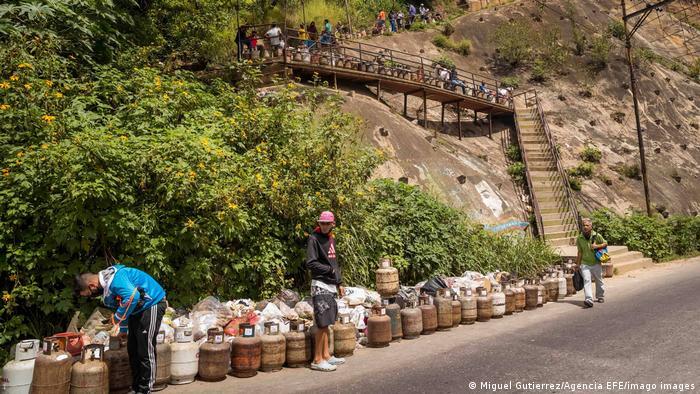 En Caracas, la gente espera en la calle con sus bombonas de gas vacías con la esperanza de que por fin puedan volver a llenarlas. Dado que las fuentes de energía y gasolina fallan repetidamente en Venezuela, la gente ha cambiado al gas. Pero este recurso también se ha vuelto escaso.