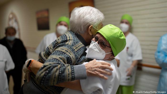 Щеплення від коронавірусу в будинку для літніх людей в Іспанії