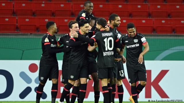 Deutschland DFB-Pokal   Leverkusen gegen Frankfurt   Tor Tapsoba