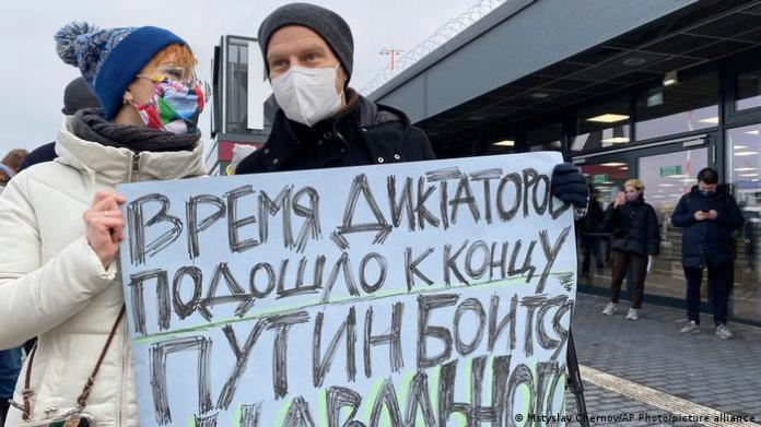 Supporters of Alexei Navalny at Berlin airport