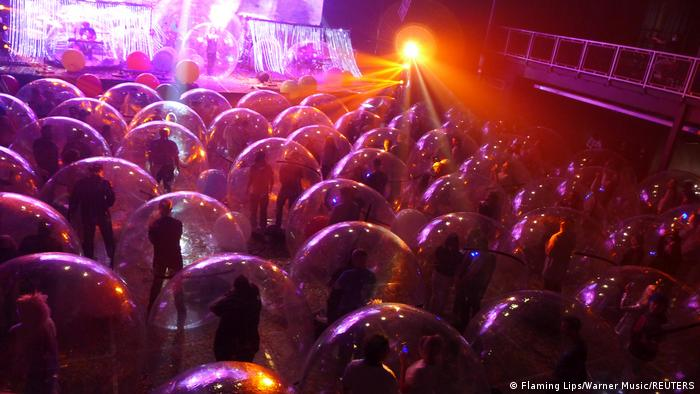 Rock band The Flaming Lips give a special corona concert. Each spectator stands in their own plastic bubble.