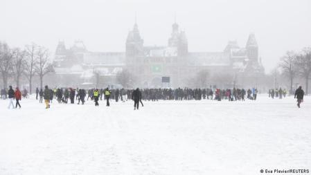 A praça Museumplein, em Amsterdã, coberta de neve