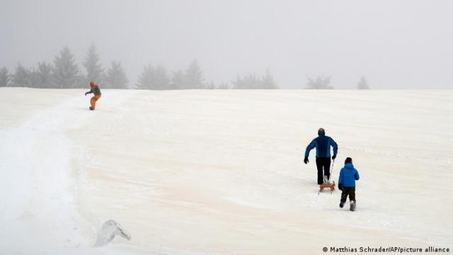 People snowboard and sled in Saxony