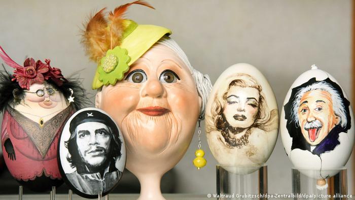 La foto icónica ha sido reproducida de innumerables formas, hasta en un huevo de Pascua