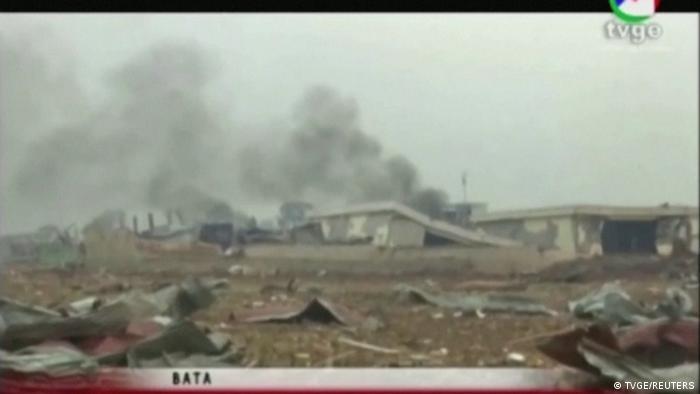 Columna de humo tras las explosiones, en la televisión local.