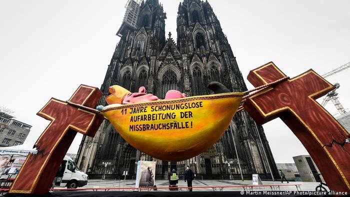 Protestas contra abusos sexuales a menores por parte de la Iglesia Católica en Alemania, ante la Catedral de Colonia.
