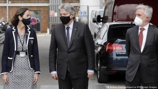 Wizyta komisarza UE ds. szczepień Thierry Bretona w hiszpańskiej fabryce Moderny