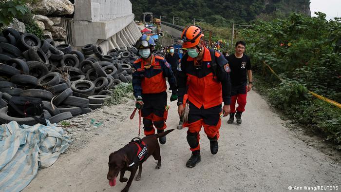 Al menos 48 personas murieron y 66 han sido trasladadas al hospital, dijo la Agencia Nacional de Bomberos de Taiwán en su último balance, este viernes. Mientras tanto, los socorristas siguen intentando acceder a los lugares donde hay pasajeros atrapados. (2.04.2021).