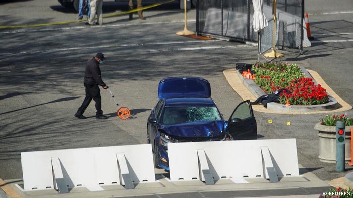 Un vehículo embistió una barricada de seguridad en el Capitolio de Estados Unidos y atropelló a dos agentes de policía, uno de los cuales murió. El atacante, del que no se han dado detalles, también falleció poco después en un hospital de Washington luego de ser abatido tras salir del vehículo y amenazar a los agentes con un cuchillo (02.04.2021).