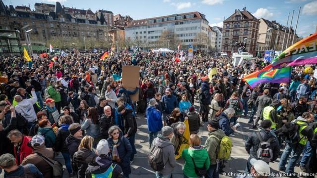 Demonstracja przeciwko restrykcjom w Stuttgarcie, kwiecień 2021