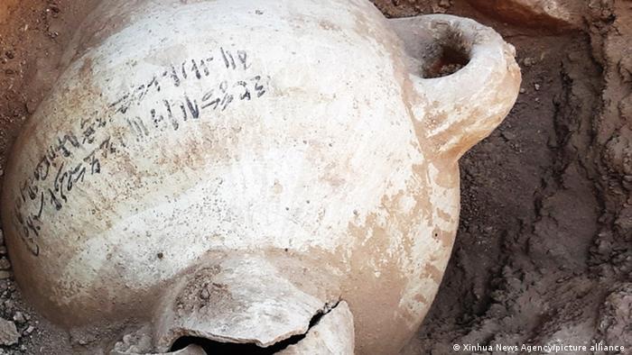 Los arqueólogos también hallaron piezas de cerámica, joyas y herramientas