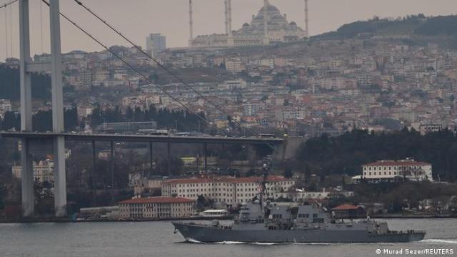 Один из двух американских эсминцев, прошедших через пролив в сторону Черного моря 20 марта
