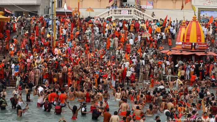 Devotos en el río Ganges durante el festival hindú de Kumbhamela, en Ahridwar (12.04.2021)