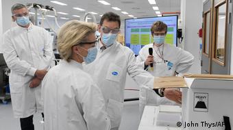 Урсула фон дер Ляйен и глава Pfizer Альберт Бурла на заводе компании в бельгийском Пуурсе