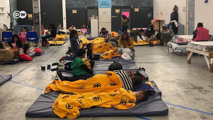 Colchoneta con colchoneta, los migrantes se tumban en la segunda pista de baile.
