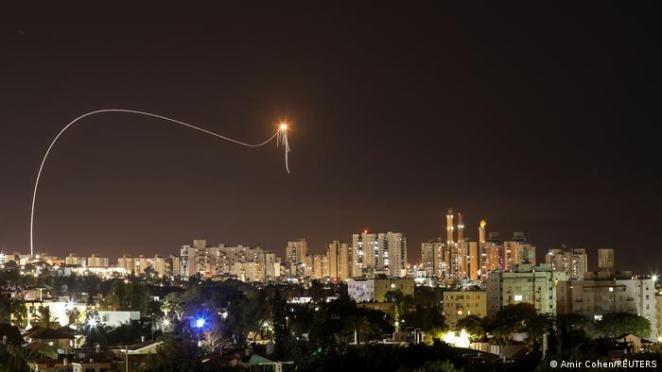 Gazze'den İsrail'e yönelik roket saldırıları Pazar gecesi de devam etti