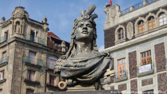 Estatua de Cuauhtémoc en la Plaza de El Zócalo, Ciudad de México.