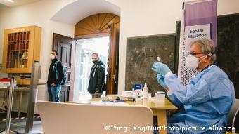 Εμβολιασμοί για αστέγους σε μια εκκλησία του Ντίσελντορφ