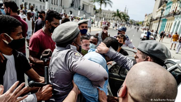 Затримання одного з учасників протестів на Кубі