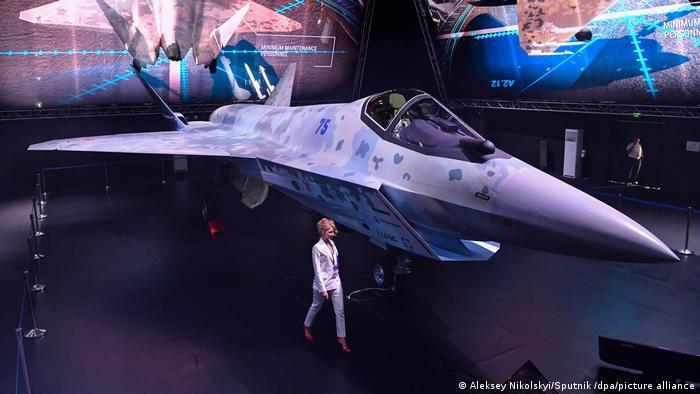 Rusia presentó su nuevo caza furtivo Sukhoi de quinta generación, bautizado Checkmate (jaque mate), del que se dispone aún de poca información. El avión militar fue diseñado para enfrentar al F-35 estadounidense, según expertos. Con Putin, Rusia ha invertido mucho en nuevo armamento y aviones de guerra, tanto para sus propias fuerzas armadas como para la venta (20.07.2021).