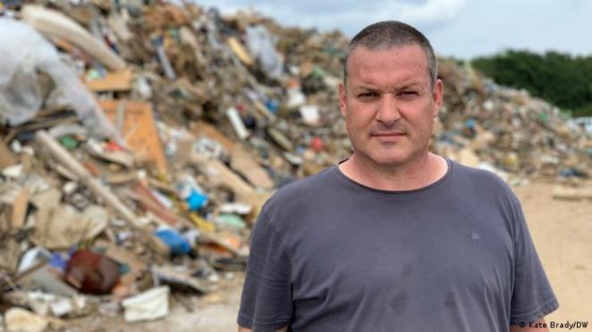 Bir organik gübre tesisi işleten Ralf Schäfer, çöp depolama alanlarının yükünü hafifletmek amacıyla, işletmesini geçici olarak belediyenin kullanımına açmış.