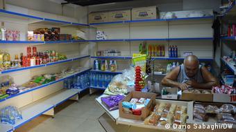 Libanon Beirut  Halbleere Regale in einem Lebensmittelladen