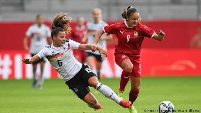 Lena Oberdorf (l.) loses challenge to Nina Matejic (r.)