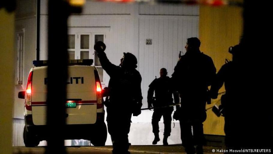 La policía investiga después de que varias personas murieran y otras resultaran heridas en el ataque, Kongsberg, Noruega (13.10.2021)